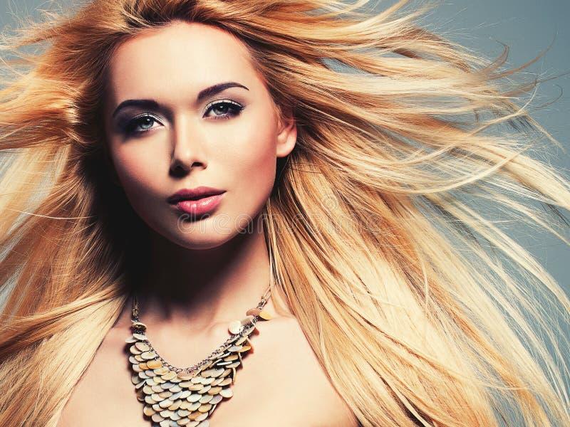 Mujer atractiva hermosa con el pelo rubio largo imagen de archivo