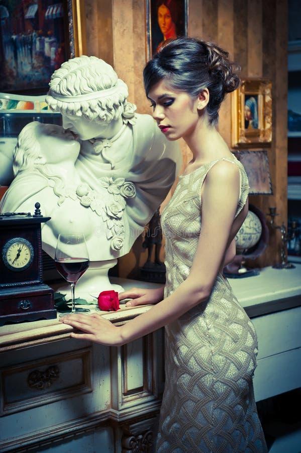 Mujer atractiva hermosa con el vestido blanco del cordón en paisaje del vintage imágenes de archivo libres de regalías