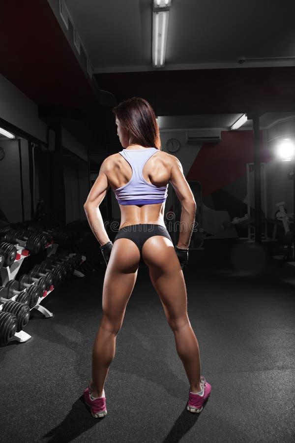 Mujer atractiva hermosa con los músculos abdominales perfectos en el gimnasio fotografía de archivo