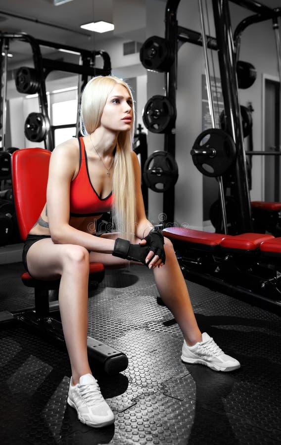 Mujer atractiva hermosa con los músculos abdominales perfectos en el gimnasio foto de archivo libre de regalías