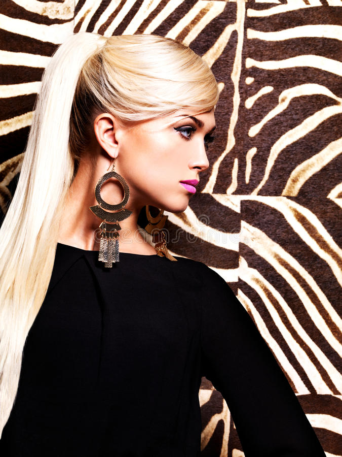 Mujer atractiva hermosa con maquillaje de la moda en cara foto de archivo