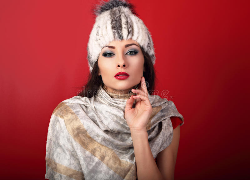 Mujer atractiva hermosa del maquillaje en el sombrero blanco y la moda del invierno de la piel imágenes de archivo libres de regalías
