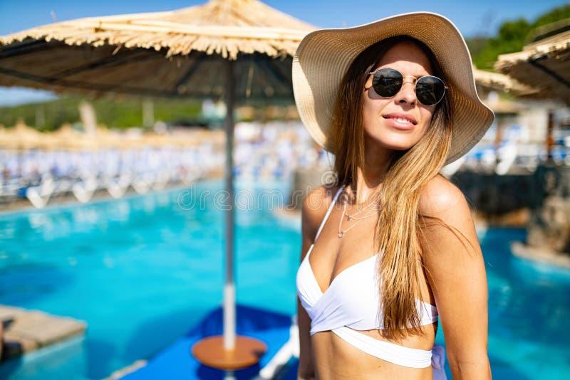 Mujer atractiva hermosa en bikini en la playa durante vacaciones imagen de archivo
