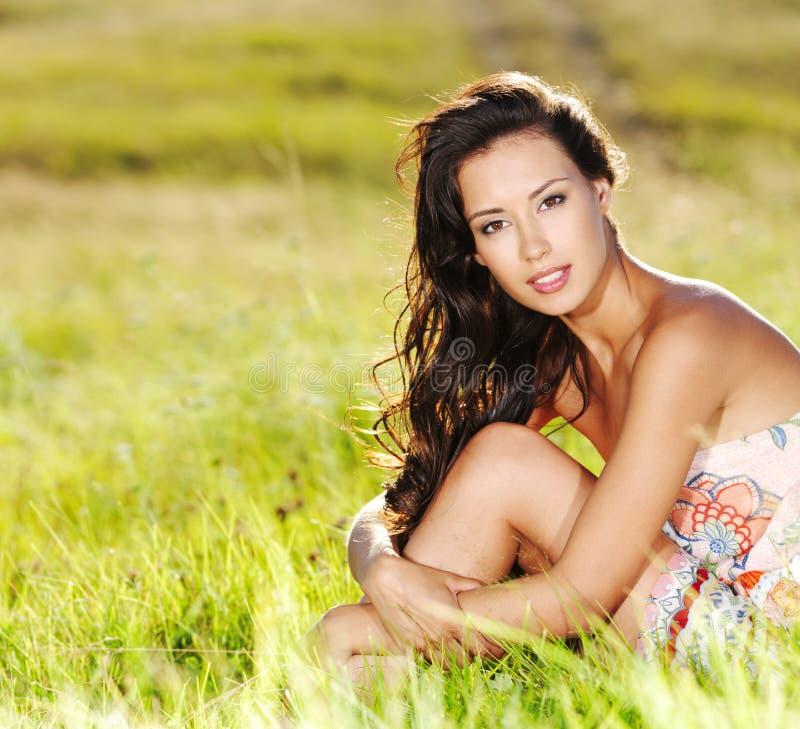 Mujer atractiva hermosa en la naturaleza foto de archivo
