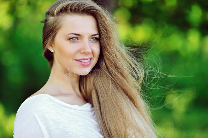 Mujer atractiva joven con cierre perfecto de la piel para arriba fotografía de archivo