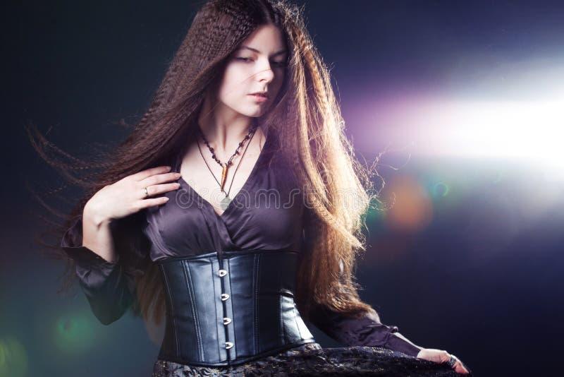 Mujer atractiva joven con el pelo largo como una bruja Morenita de Femme, estilo m?stico de la fantas?a imagenes de archivo