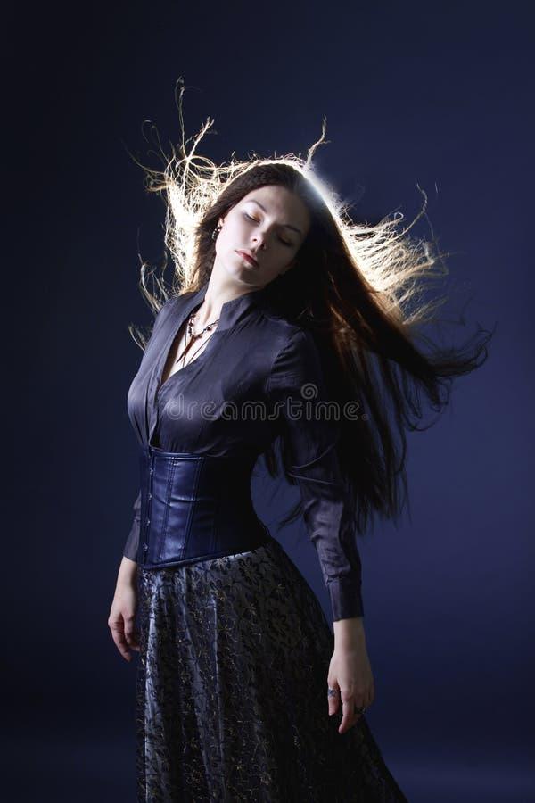 Mujer atractiva joven con el pelo largo como una bruja Morenita de Femme, estilo m?stico de la fantas?a foto de archivo