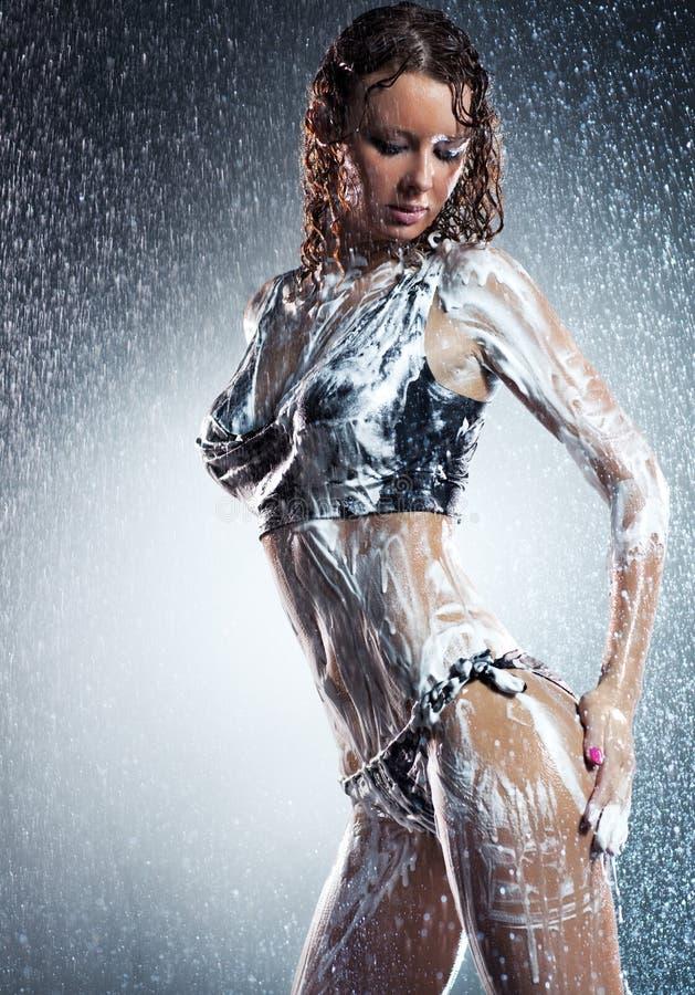 Mujer atractiva joven con espuma del jabón fotografía de archivo libre de regalías