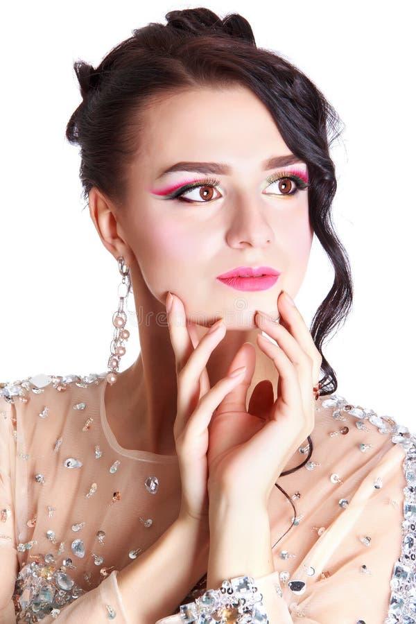 Mujer atractiva joven con un maquillaje de la tarde foto de archivo
