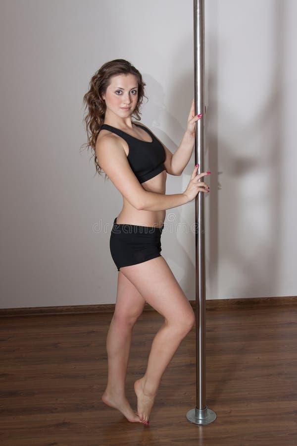 Mujer atractiva joven de la danza del polo