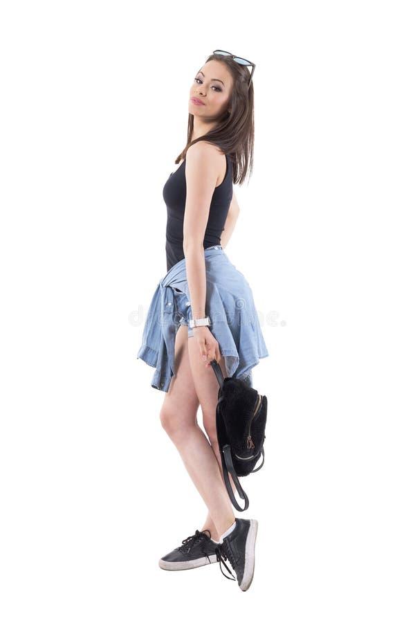 Mujer atractiva joven elegante de moda confiada con el bolso de la tenencia de la actitud imágenes de archivo libres de regalías