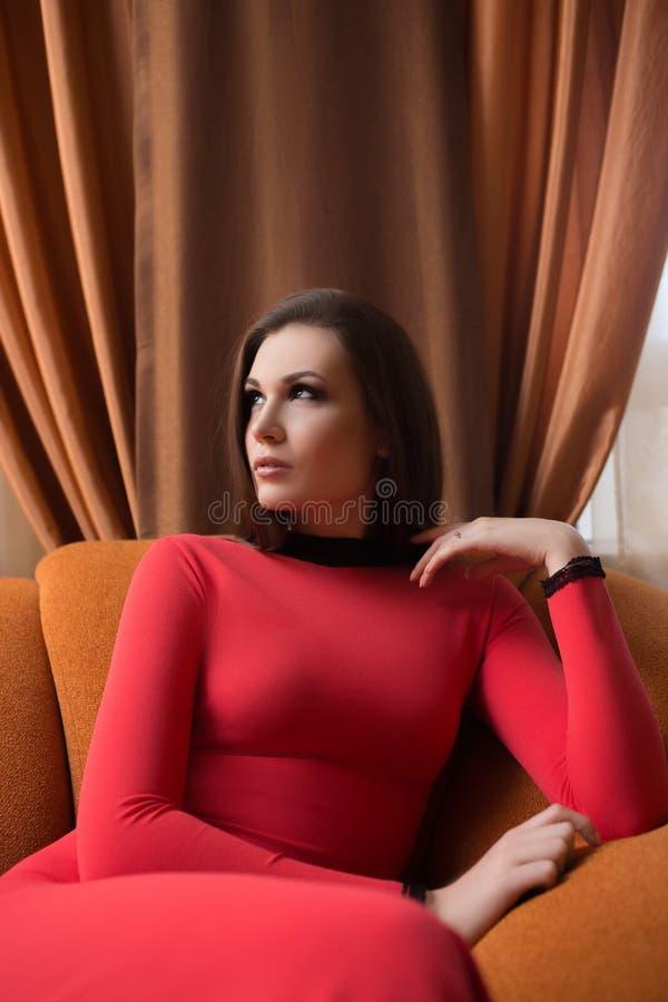 Mujer atractiva joven en alineada roja larga imágenes de archivo libres de regalías
