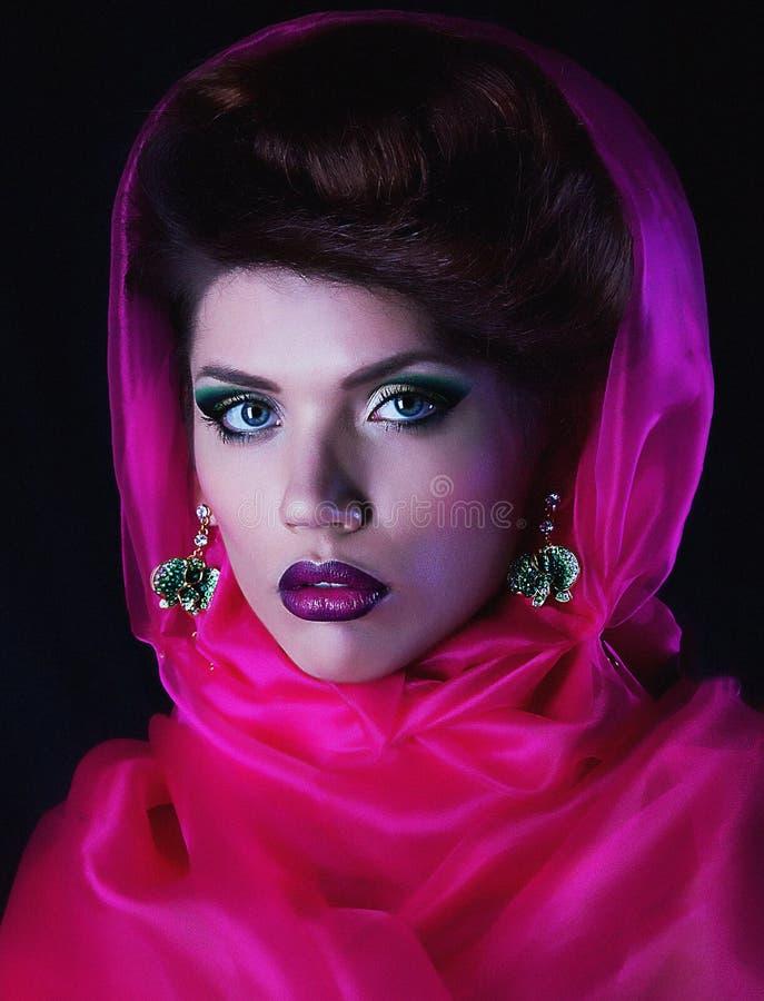 Mujer atractiva joven en cabo rojo imagenes de archivo