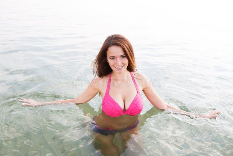 Mujer atractiva joven en un traje de baño en la agua de mar foto de archivo libre de regalías