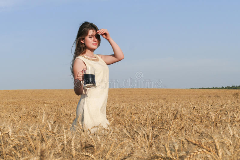 Mujer atractiva joven en vestido natural hermoso con el vidrio de d fotos de archivo