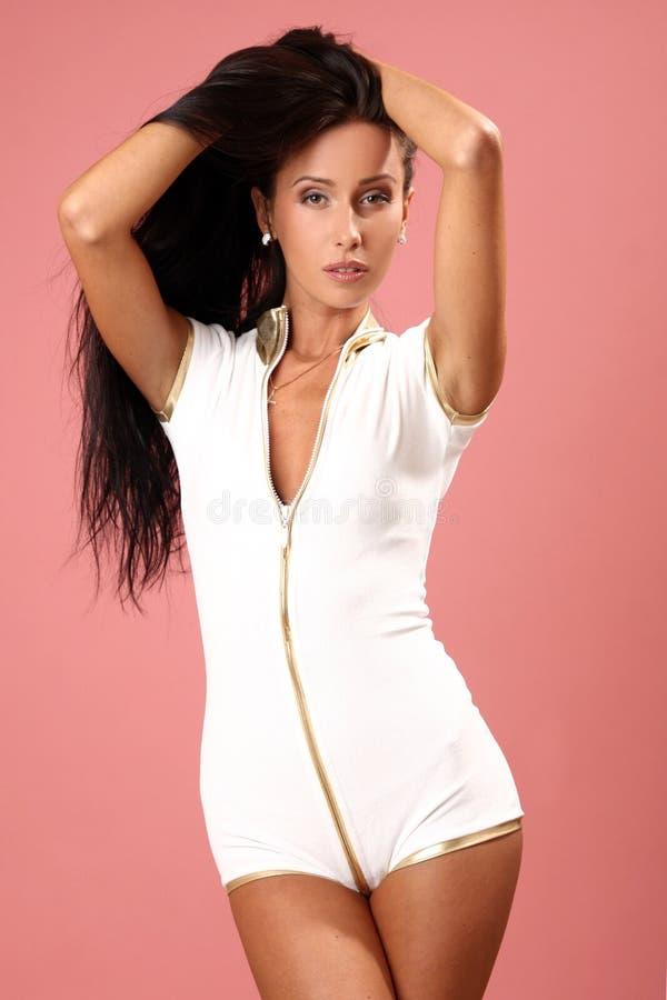 Mujer Atractiva Joven Hermosa En La Alineada Blanca Imagen de archivo libre de regalías