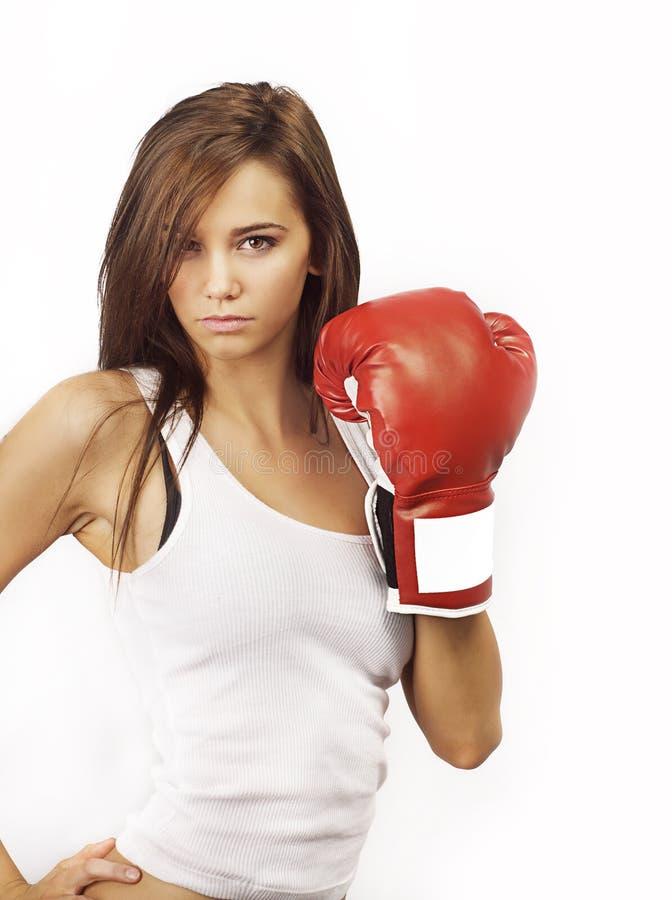 Mujer atractiva joven que desgasta guantes de boxeo rojos imágenes de archivo libres de regalías