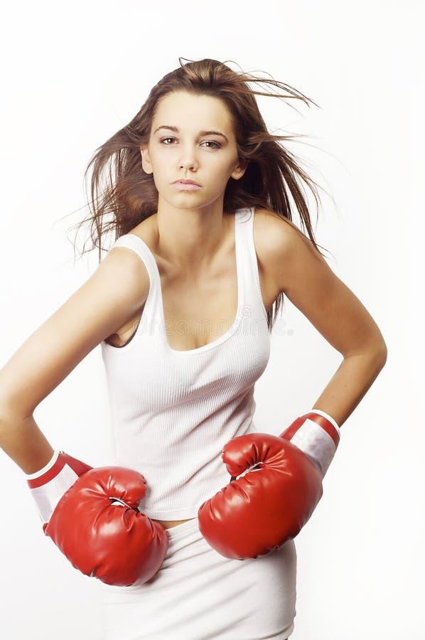 Mujer atractiva joven que desgasta guantes de boxeo rojos fotografía de archivo libre de regalías