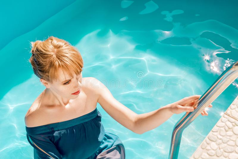 Mujer atractiva joven que presenta en agua fotos de archivo libres de regalías