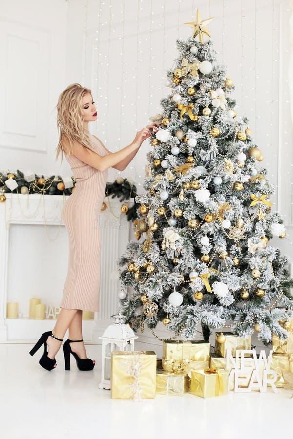 Mujer atractiva magnífica con el pelo rubio en vestido beige fotografía de archivo libre de regalías