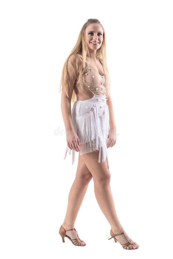 Mujer atractiva magnífica en vestido del color crema del baile con el traje de las franjas fotografía de archivo libre de regalías