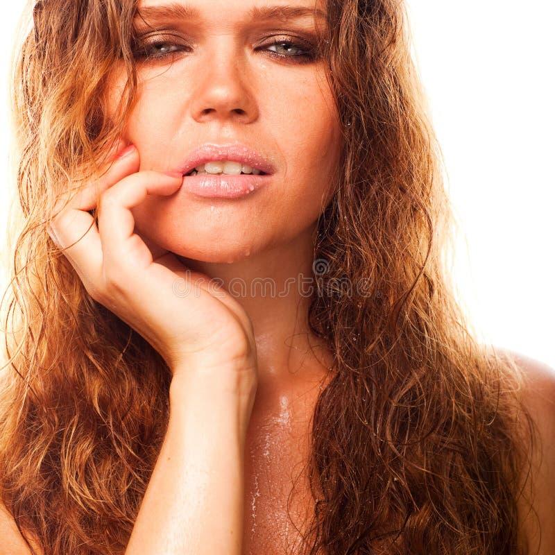 Mujer atractiva mojada