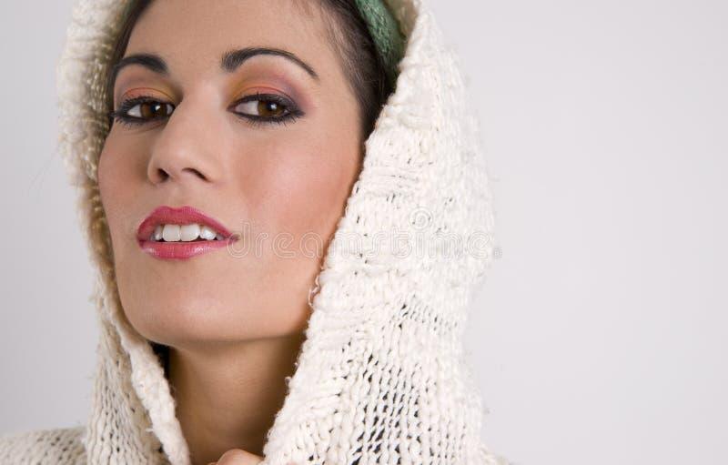 Mujer atractiva que cubre su cabeza con el suéter fotos de archivo libres de regalías