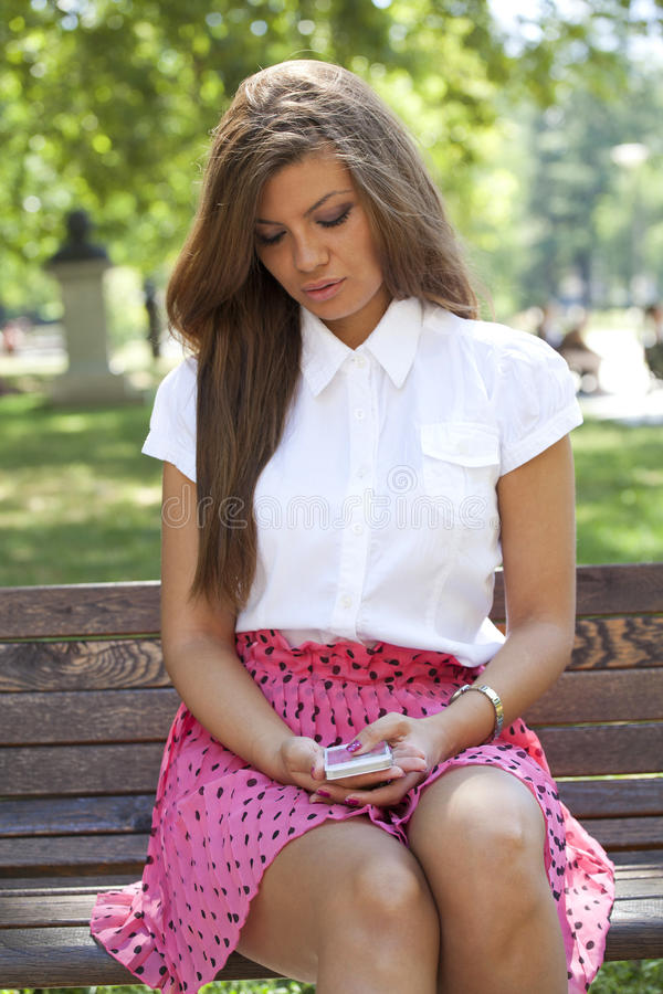 Mujer atractiva que habla por el teléfono celular imagen de archivo libre de regalías