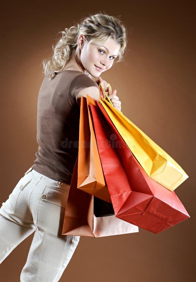 Mujer atractiva que hace compras imagenes de archivo