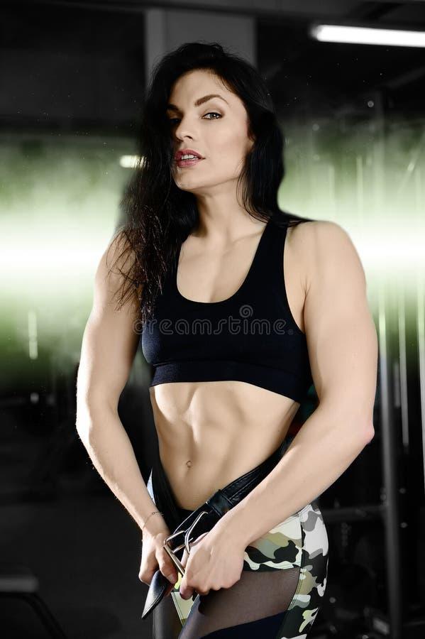 Mujer atractiva que hace ejercicios en gimnasio fotografía de archivo libre de regalías