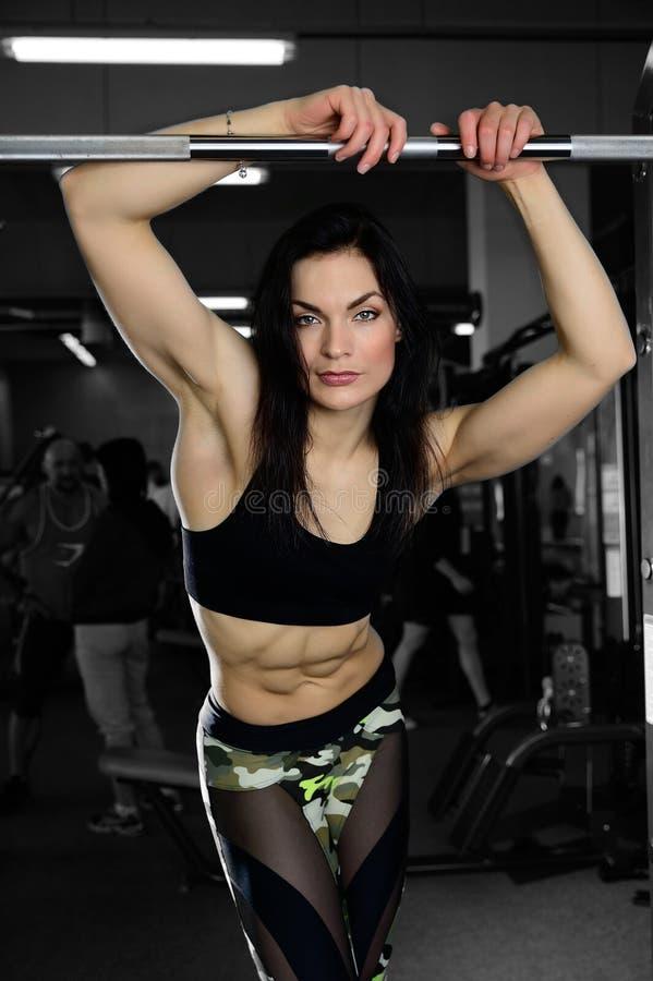 Mujer atractiva que hace ejercicios en gimnasio imágenes de archivo libres de regalías