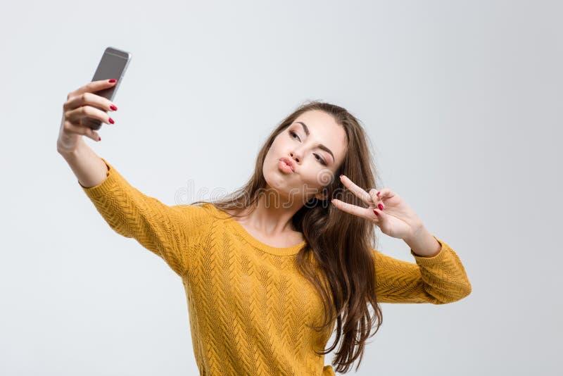 Mujer atractiva que hace la foto del selfie imagenes de archivo