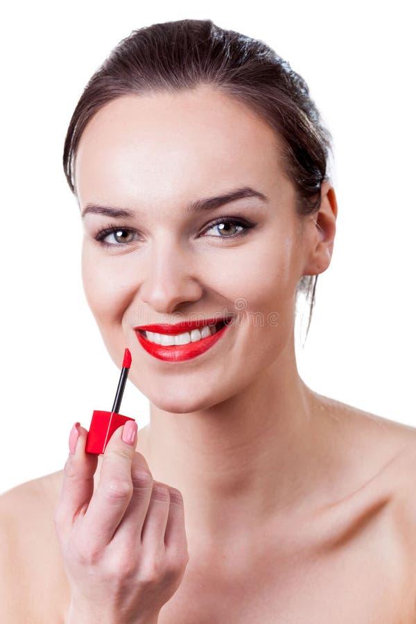 Mujer atractiva que hace maquillaje foto de archivo libre de regalías