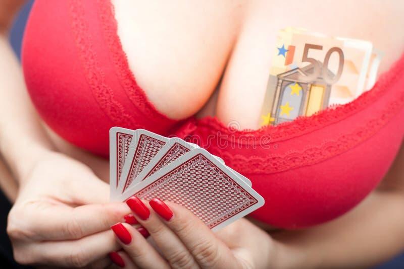 Mujer atractiva que juega el póker foto de archivo libre de regalías