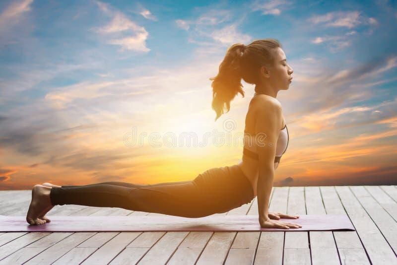 Mujer atractiva que juega el yogap imágenes de archivo libres de regalías