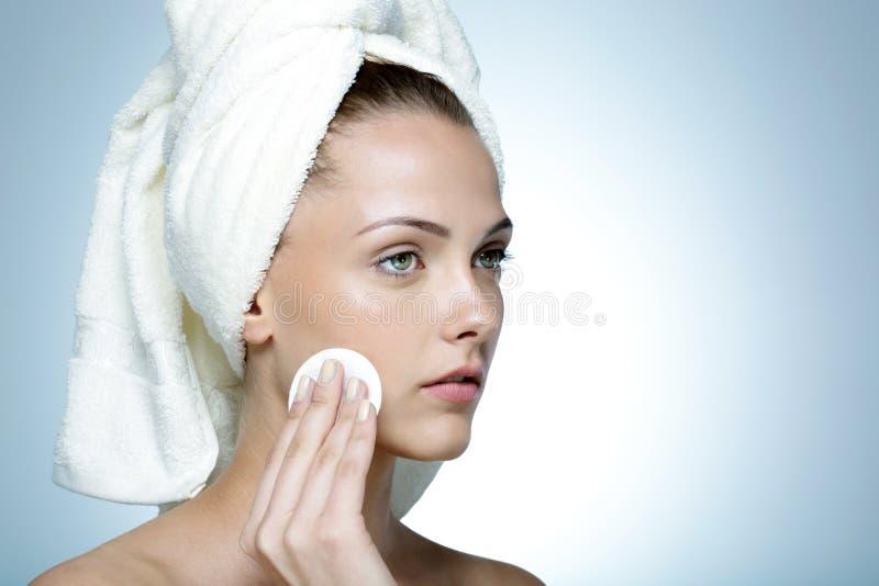 Mujer atractiva que limpia su cara fotos de archivo