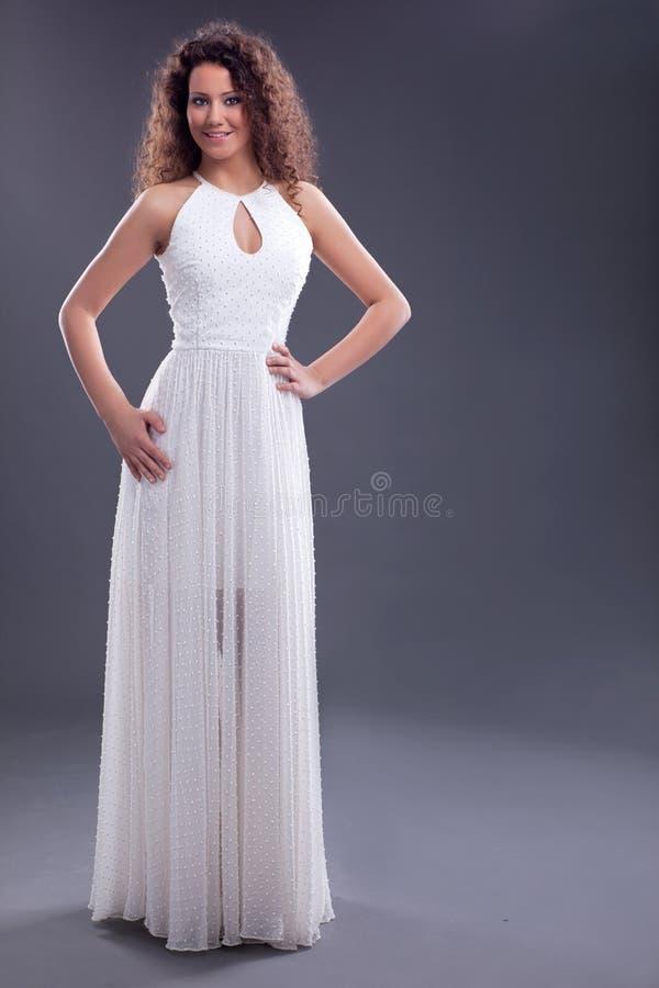 Mujer Atractiva Que Lleva El Vestido Blanco Largo Foto de archivo ...