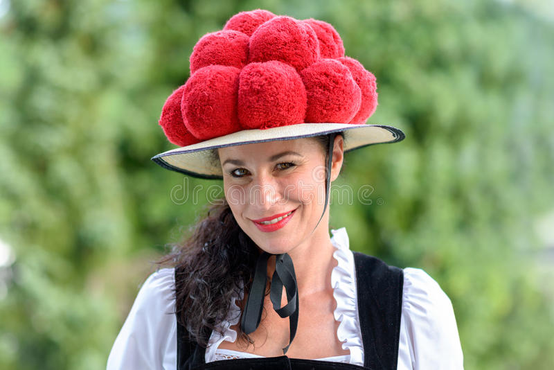 Mujer atractiva que lleva un Bollenhut tradicional imagen de archivo libre de regalías