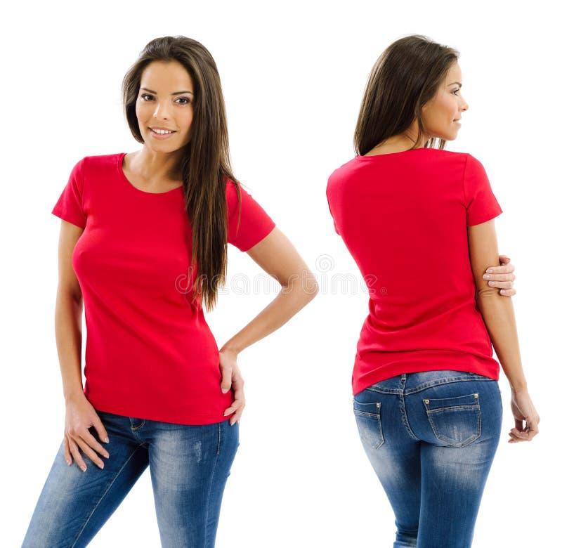 Mujer atractiva que presenta con la camisa roja en blanco imagen de archivo