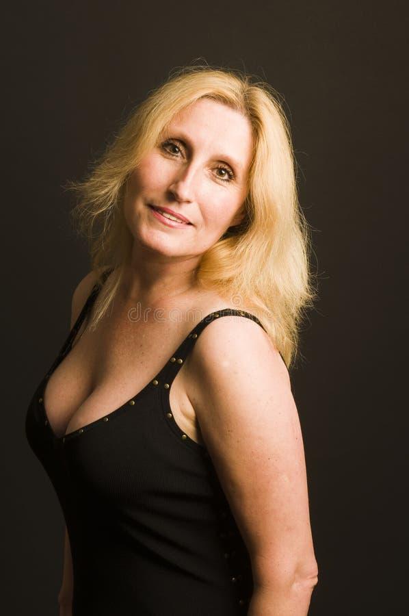 Mujer atractiva que presenta en alineada de coctel foto de archivo libre de regalías