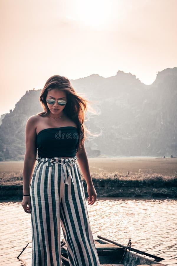 Mujer atractiva que presenta en las monta?as de Vietnam septentrional fotos de archivo