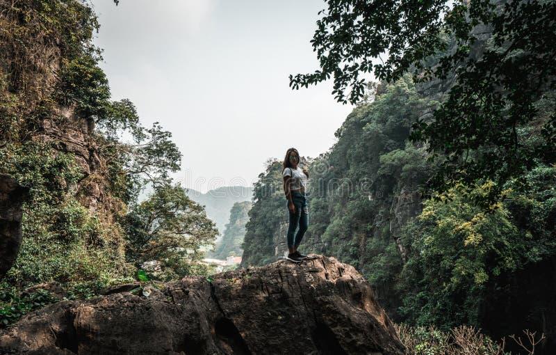 Mujer atractiva que presenta en las monta?as de Vietnam septentrional imagen de archivo libre de regalías
