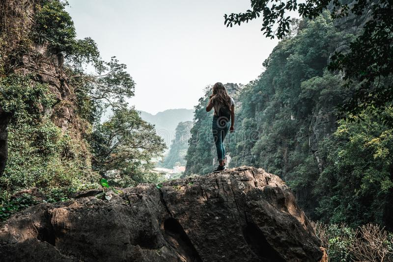 Mujer atractiva que presenta en las monta?as de Vietnam septentrional fotografía de archivo libre de regalías