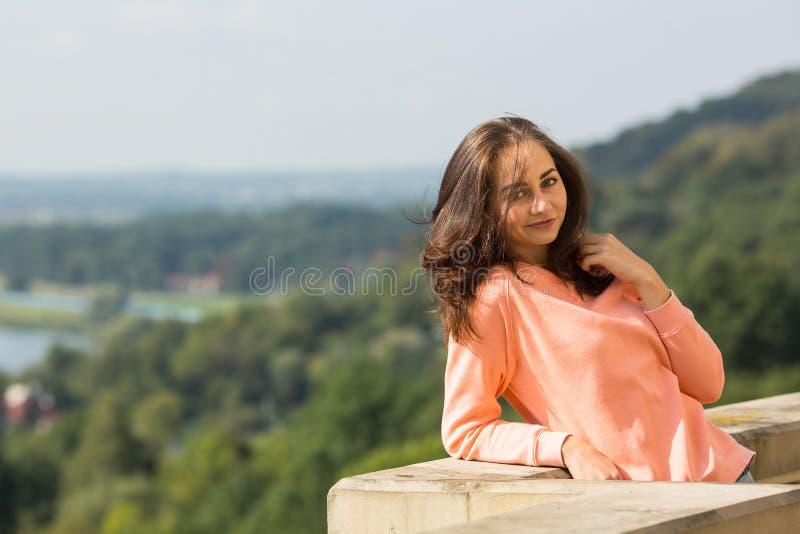 Mujer atractiva que presenta para el fotógrafo al aire libre fotografía de archivo libre de regalías