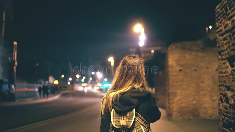Mujer atractiva que se coloca cerca del Colosseum en Roma, Italia y usando smartphone Muchacha que camina y que habla en el teléf foto de archivo libre de regalías