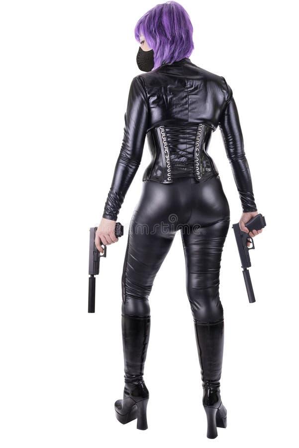Mujer atractiva que sostiene 2 armas imagen de archivo libre de regalías