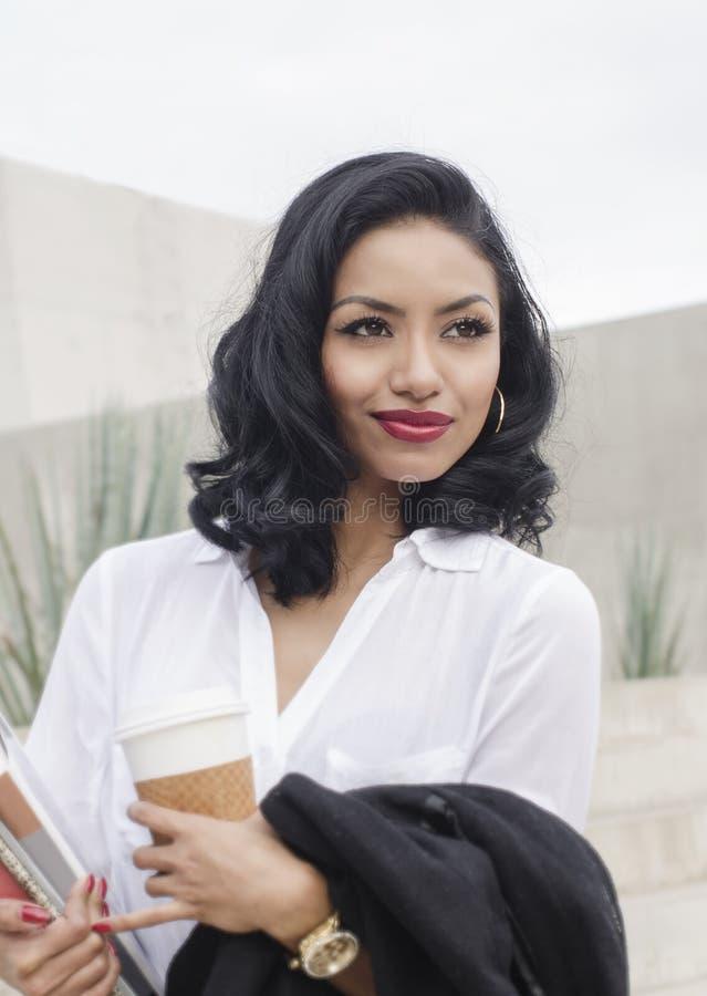 Mujer atractiva que sostiene la taza de café imágenes de archivo libres de regalías