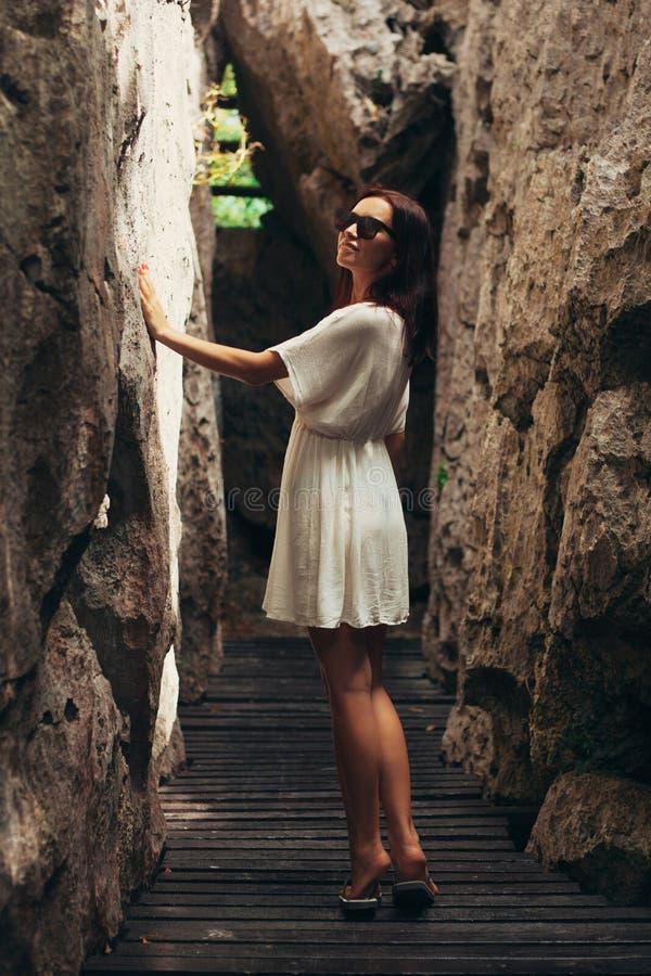 mujer atractiva que toca los acantilados en Ang Thong National Park Ko foto de archivo