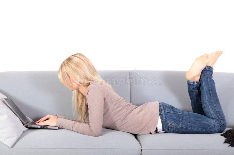 Mujer atractiva que usa el ordenador portátil fotografía de archivo libre de regalías
