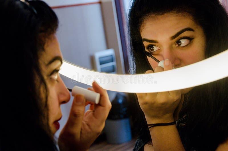 Mujer atractiva rechoncha que pone en un cierto maquillaje imágenes de archivo libres de regalías